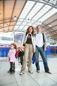 在机场的女孩的家庭 — 图库照片