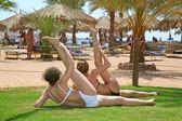 Práctica de dos mujeres en la playa — Foto de Stock