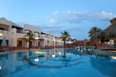 Evening shot of swimming pool in tropical hotel — Stockfoto