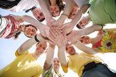 Grupp av nio vänner hålla för händer — Stockfoto