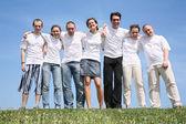 Grupa przyjaciół w białym t spodenki są obok — Zdjęcie stockowe