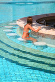 Frau pool sitzend — Stockfoto