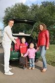Familia cerca de coche — Foto de Stock