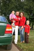 Family stand near car — Stockfoto