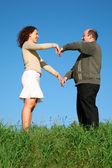 Man en vrouw op tye gras — Stockfoto