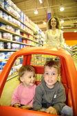 Mother child supermarket — Stock Photo