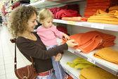 Mãe com bebê na loja — Foto Stock