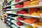 Ručníky v obchodě — Stock fotografie