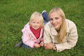 Mère et fille se coucher sur l'herbe 2 — Photo