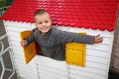 玩具房子里男孩 — 图库照片