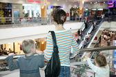 Mãe com as crianças no centro comercial — Foto Stock