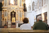 Visitors in cathedral — Stockfoto