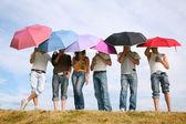 O grupo dos stands com os guarda-chuvas para Prado — Fotografia Stock