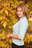 Blauwogige blond in het park in het najaar — Stockfoto