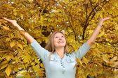 Blauwogige blond onder geel bladeren 2 — Stockfoto