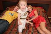 Rodzice z dzieckiem na dywan 2 — Zdjęcie stockowe