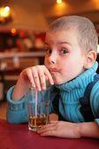 Sale garçon boissons jus de verre avec paille — Photo