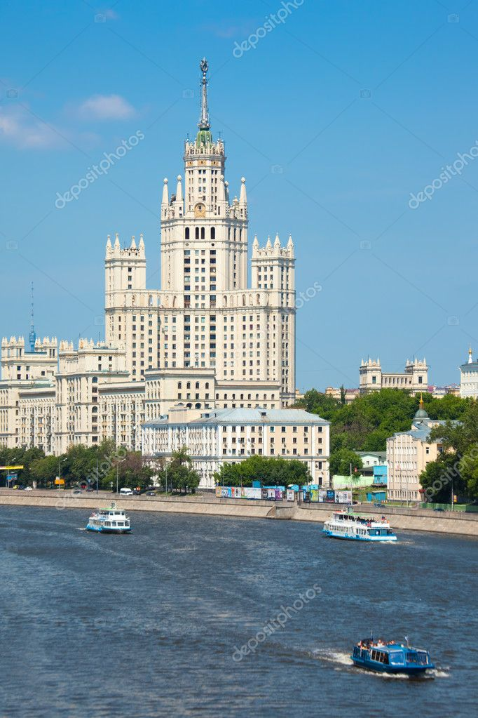 Stalin high-rise building on Kotelnichesky quay in Moscow. Vertical format — Stock Photo #7431064