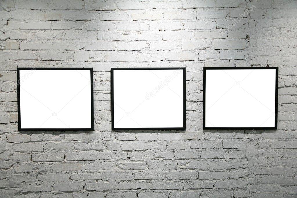 cornici nere sul muro di mattoni bianchi 2 foto stock
