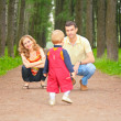 Child goes on track to parents - Foto Stock