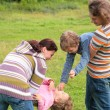 Family plays outdoor — Stock Photo