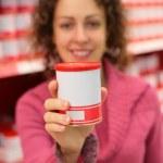 jovem mulher detém jar no armazenamento de alimentos — Foto Stock