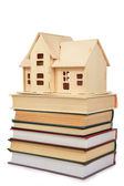 Modell av huset på böcker — Stockfoto