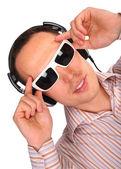 Güneş gözlüğü ve kulaklık dokunmatik gözlüklü genç adam — Stok fotoğraf