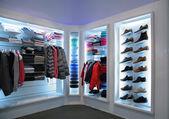 Superiores roupas e sapatos na loja — Foto Stock