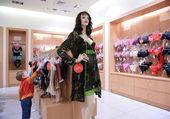 Liten flicka i institutionen för kvinnor linne — Stockfoto