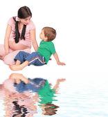 床に座っている子供と妊娠中の女の子 — ストック写真