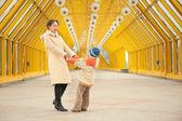 母亲和儿子握住对方的手条行人天桥上 — 图库照片