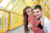 男孩拥抱条行人天桥上的女孩 — 图库照片