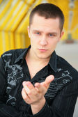 Vážný mladý muž na lávce — Stock fotografie