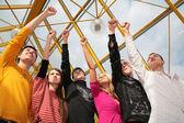 Grupo de amigos fica com os punhos levantados na passarela — Foto Stock