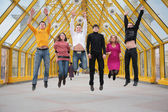 Grupo de amigos saltar na passarela — Foto Stock