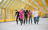 Groep vrienden draait op gele footbridge — Stockfoto