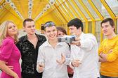 Groep van jonge verwijdert zelf naar camcorder on footbridge based — Stockfoto