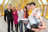 Grupp av unga personer tar sig bort till videokamera på spången — Stockfoto