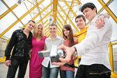 青年组中移除本身到摄像机上的行人天桥 — 图库照片