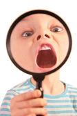 Dítě s otevřenými ústy prostřednictvím programu lupa — Stock fotografie