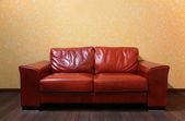 Rotes leder sofa im zimmer ith holzboden — Stockfoto