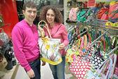 Paar kauft Tasche im shop — Stockfoto