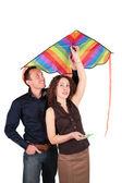Jonge paar met kite — Stockfoto