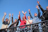 集团的双手举在问候语中站 — 图库照片