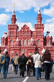 Tourists and Historical museum on Red Sqaure — Stock Photo