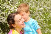 Madre e hija y flor de cereza — Foto de Stock