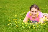 Młoda kobieta leży na trawie — Zdjęcie stockowe
