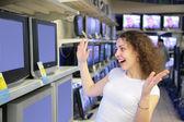 喜びで若い女性の店でテレビを見てください。 — ストック写真