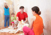 Familjen gör avbrott i borttagning av tapeter från väggen — Stockfoto